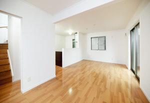 広い空間を備えたシンプルモダンな家